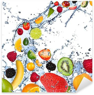 Nálepka Pixerstick Plody spadající do stříkající vodě, izolovaných na bílém pozadí