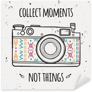 """Nálepka Vektorové ilustrace s retro fotoaparátem a typografie fráze """"Collect okamžiky nejsou věci""""."""