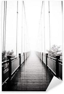 Nálepka Pixerstick Zobrazit na pěší dřevěný most v mlze