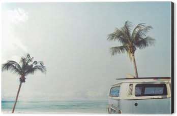 Obraz na Aluminium (Dibond) Vintage samochód zaparkowany na tropikalnej plaży (morze) z deski surfingowej na dachu - wycieczce w lecie