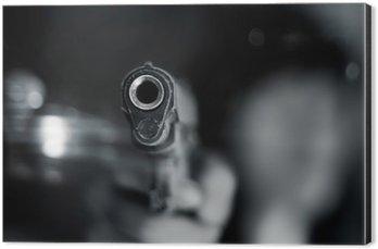 Obraz na Hliníku (Dibond) Černá a bílá, žena ukazuje starou pistolí v ruce