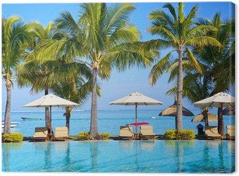 Obraz na Plátně Bazén se slunečníky na pláži na Mauriciu