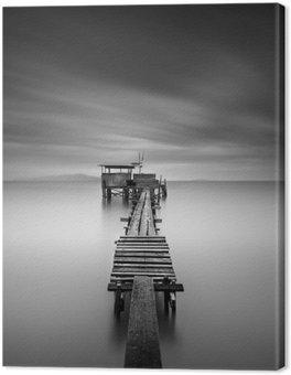 Obraz na Plátně Umění obrázek dřevěné rybářské molo na pláži v černé a white.Long expozice zastřelil s pohybem rozostření.