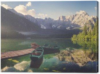 Obraz na Plátně Vysokohorské jezero za svítání, krásně osvětlené hory, retro barvy, vintage__