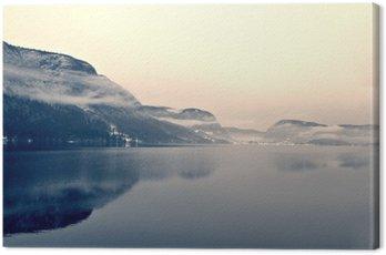 Obraz na Plátně Zasněžené zimní krajiny na jezeře v černé a bílé. Monochromatický obraz filtrován retro, vintage stylu s měkkým zaměřením a červeným filtrem; nostalgické pojetí zimy. Jezero Bohinj, Slovinsko.
