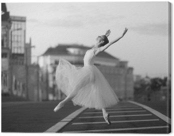Obraz na Płótnie Ballerina taniec w centrum Moskwy w nocy