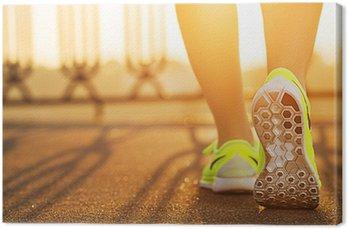 Obraz na Płótnie Biegacz kobieta działa na nogi zbliżenie drogowego na bucie.