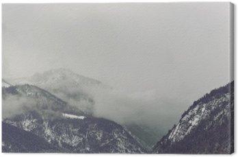 Obraz na Płótnie Ciemne chmury pojawiające się na górze