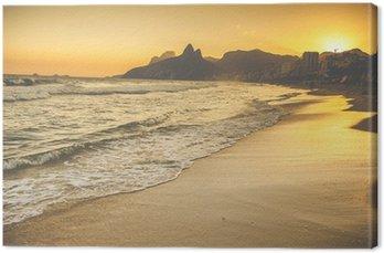 Obraz na Płótnie Ciepły Zachód słońca na plaży Ipanema w Ludzie, Rio de Janeiro, Brazylia