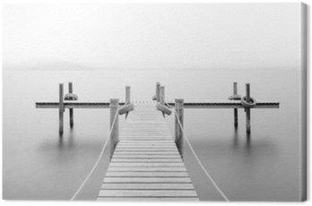 Drewniane molo nad jeziorem. Mgła. Długa ekspozycja. Czarny i biały.