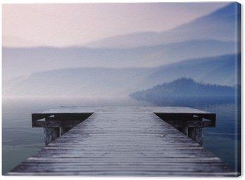 Obraz na Płótnie Drewniane molo nad jeziorem, na miejscu w obliczu piękna góra na mglisty zimowy poranek