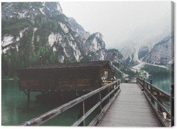 Drewniany pomost nad jeziorem Braies z gór i trees__
