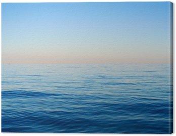 Fale morskie na tle błękitnego nieba