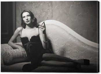 Obraz na Płótnie Film noir stylu: elegancki młoda kobieta, leżąc na kanapie i palenia papierosów. Czarny i biały