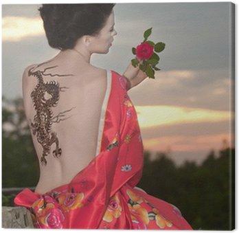 Obraz na Płótnie Gejsza z tatuażem smoka na zachodzie słońca