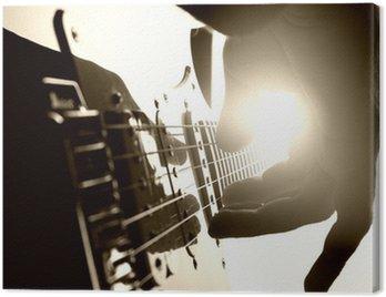 Obraz na Płótnie Gitarzysta gra na scenie. Bliska widok