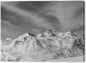Góry zimie śniegu w wietrzny dzień