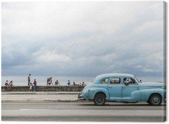 Obraz na Płótnie Hawana, Kuba - 18 maja 2011: Klasyczny amerykański samochód rocznik służąc jako dyski taksówki wzdłuż nadmorskiej Malecon, popularnym miejscem spotkań towarzyskich w centrum Hawany.
