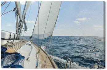 Jacht pływają w Oceanie Atlantyckim w słoneczny dzień rejsu