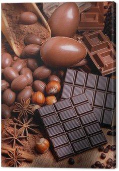 Jaja wielkanocne i kwiaty różne czekolady na drewnianym stole