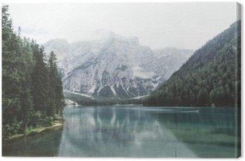 Jezioro Braies z zielonym wody i gór z trees__