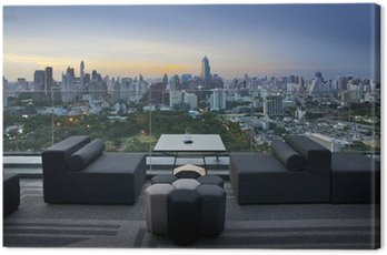 Obraz na Płótnie Kanapa na tarasie z widokiem na park i budynek, Bangkok