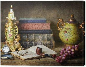 Klasyczna martwa natura z antykami, starych książek, starych rur, okulary, zegarek kieszonkowy i winogron na drewnianych tabeli.