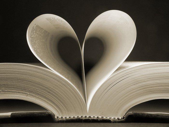 Obraz na Płótnie Książka w kształcie serca - iStaging
