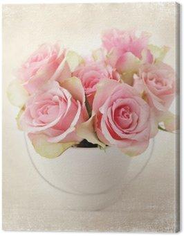 Kwiaty. różowe róże w wazonie