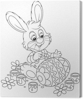 Mały króliczek maluje jajka wielkanocne