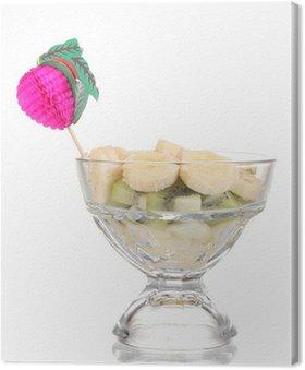Obraz na Płótnie Mieszane owoce i jagody w szklanej samodzielnie na białym tle