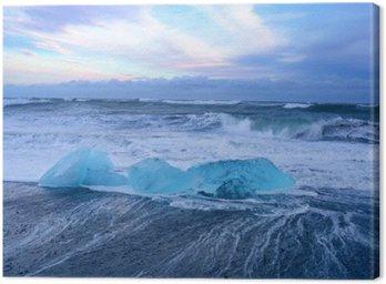 Niebieskie góry lodowe na czarnej plaży w południowej części Islandii