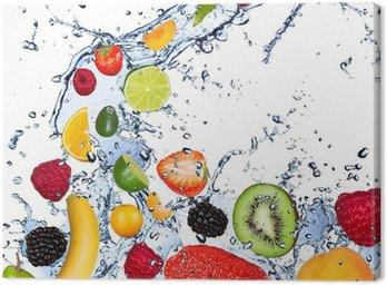 Obraz na Płótnie Owoców objęte w plusk wody, odizolowane na białym tle