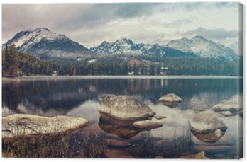 Piękna jesień rano nad górskie jezioro Szczyrbskie Pleso, kolory retro, vintage