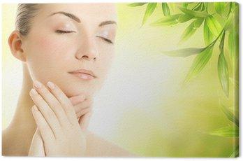 Piękna młoda kobieta stosowania organicznych kosmetyków do jej skóry
