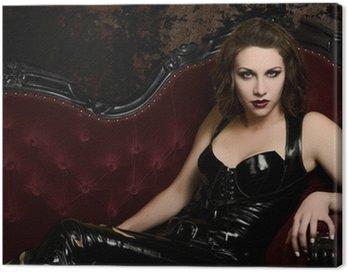 Obraz na Płótnie Piękna młoda kobieta w lateks Catsuit na klasyczne czerwone kanapy