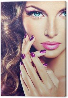 Obraz na Płótnie Piękny model z kręconymi włosami i manicure fioletowym