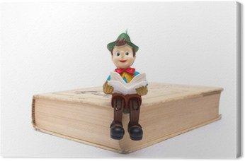 Pinokio siedzi na książki samodzielnie na białym tle