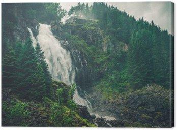 Scenic norweski wodospad