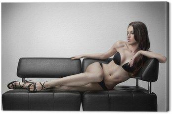 Obraz na Płótnie Seksowna kobieta w stroju kąpielowym leży na kanapie