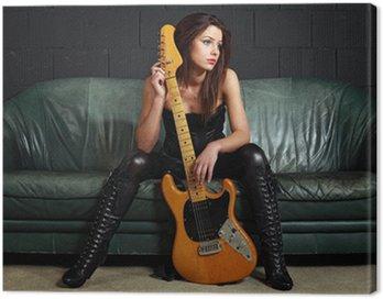Obraz na Płótnie Sexy gitarzysta siedzi na kanapie