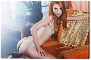 Obraz na Płótnie Sexy petite czerwona głowa pozowanie na kanapie