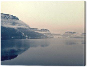 Obraz na Płótnie Snowy zimowy krajobraz nad jeziorem w czerni i bieli. Obraz monochromatyczny filtrowany w stylu retro, vintage z soft focus i czerwonym filtrem; nostalgiczna koncepcja zimowym. Jezioro Bohinj, Słowenia.