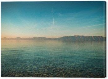 Obraz na Płótnie Spokojny krajobraz z morza i gór przed wschodem słońca