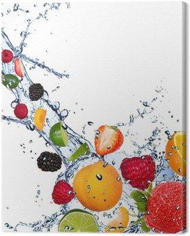 Obraz na Płótnie Świeże owoce wchodzące w plusk wody na białym tle