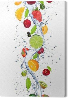 Obraz na Płótnie Świeże owoce wchodzące w plusk wody
