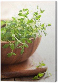Obraz na Płótnie Świeże ziele tymianku w drewnianej misce