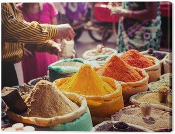 Obraz na Płótnie Tradycyjne przyprawy i suszone owoce w lokalnym bazarze w Indiach.