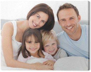 Obraz na Płótnie Urocza rodzina siedzi razem na łóżku