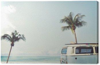 Obraz na Płótnie Vintage samochód zaparkowany na tropikalnej plaży (morze) z deski surfingowej na dachu - wycieczce w lecie